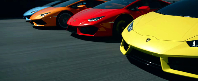 Lamborghinis Huracán in close formation precision driving